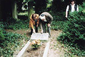 Alfred und Dora Auerbach am Grab in Münster