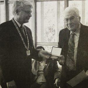 2000, Bürgermeister Roeingh überreicht Alfred Auerbach die Stadtplakette