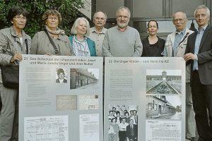 Der Verein »Erinnerung und Mahnung« übergab an Bürgermeister Wolfgang Pieper (r) neue Stellwände für eine Ausstellung zum Thema Juden und Sinti/Roma in Telgte.